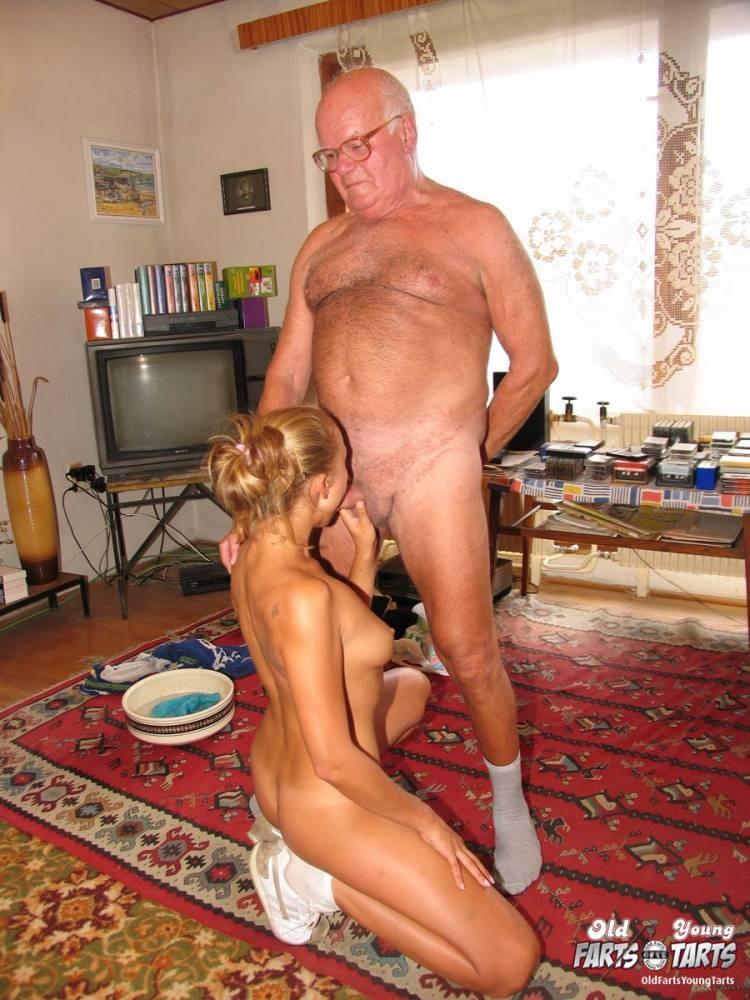 порно молодая ублажает старика