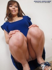 Asian girl in blue skirt show fat ass